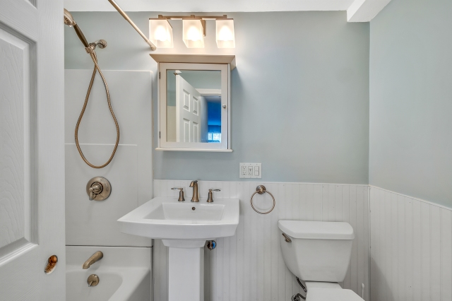 17-bathroom (1).jpg